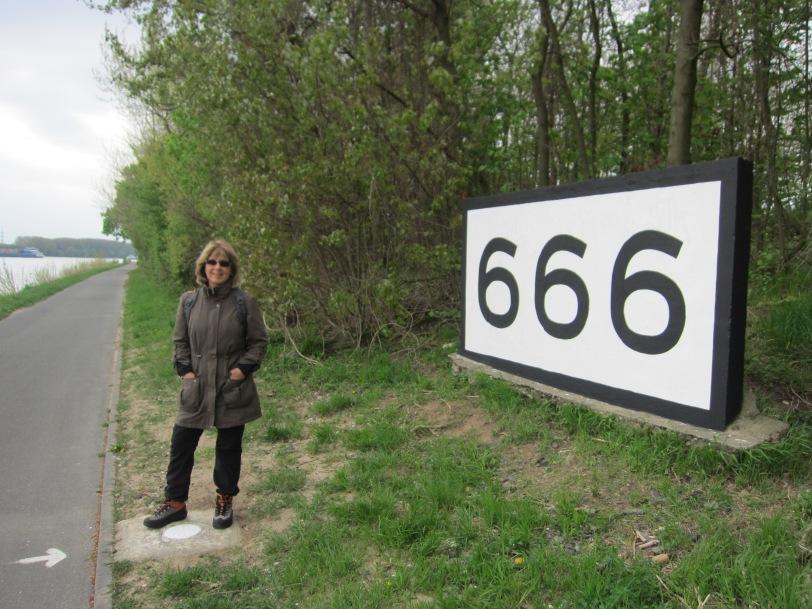 Rhein 666km marker